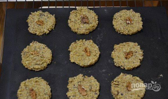 Полученную массу выложите на пергамент, сформировав печенья, и выпекайте при 180 С 20-30 минут до золотистого цвета.