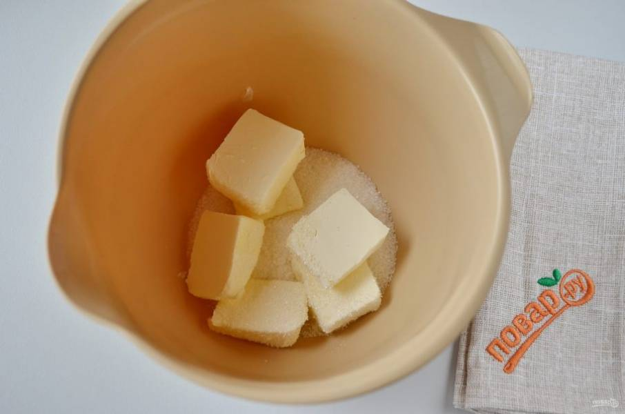 3. Сливочное масло взбейте с сахаром.