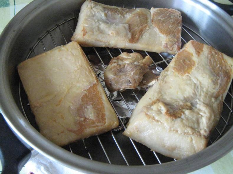Под закрытой крышкой держим еще час или два. Потом даем салу остыть. И режем готовый шпик копченый тоненько.  Приятного аппетита!
