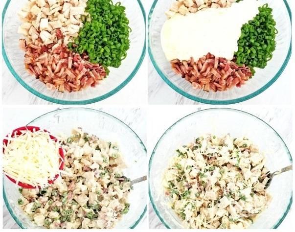 1. В глубокой мисочке соедините мелко нарезанную курицу, жареный бекон, измельченную зелень, соус и тертый сыр. Все тщательно перемешайте.