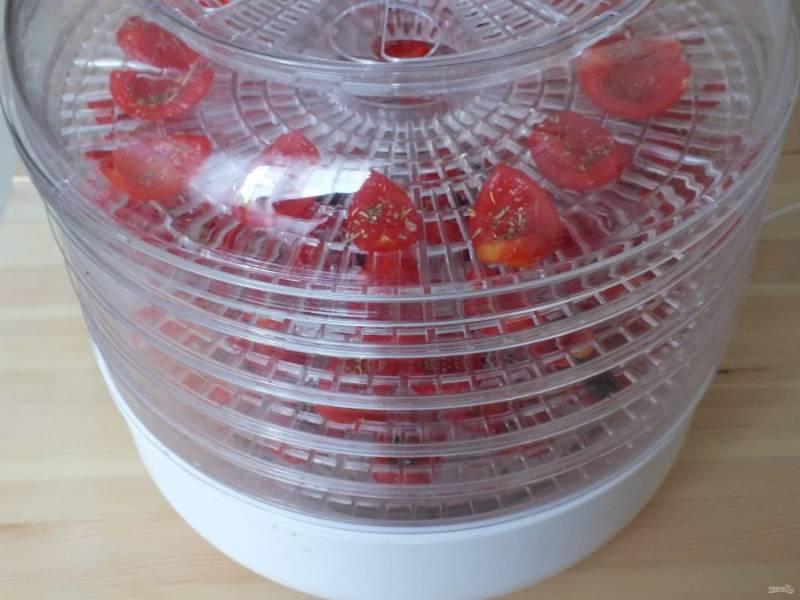 Также поступите с остальными помидорами, закройте крышкой электросушилку и включите. Оставьте на 12-14 часов.