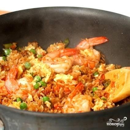 Собственно, блюдо готово. Креветки с рисом подавать к столу немедленно.