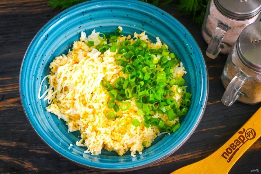 Промойте стебли зеленого лука, измельчите и добавьте в емкость к натертой яичной массе вместе с майонезом любой жирности. Посолите и поперчите. Аккуратно перемешайте начинку.