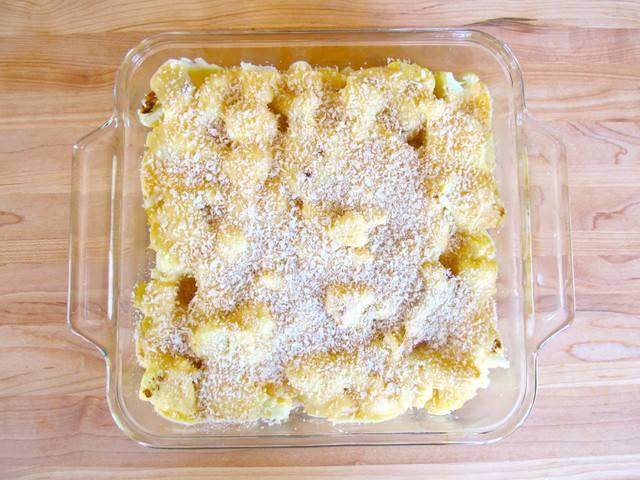 7. Для более аппетитной корочки запеканка из цветной капусты с сыром в домашних условиях может быть присыпать не только сыром, но и панировочными сухарями. Теперь форму можно отправлять в разогретую духовку.