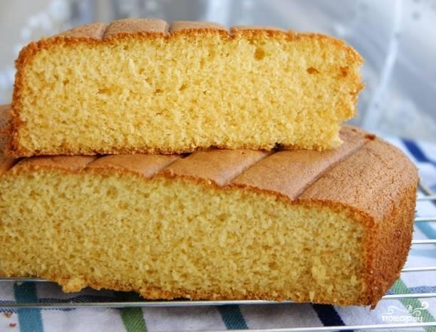 4. Масло полностью тратим на смазывание формы. Выпекаем бисквит при 180 градусах в течении 25-40 минут (в зависимости от толщины изделия). В любом случае первые 15 не открываем духовку, а после выключения даем бисквиту постоять.