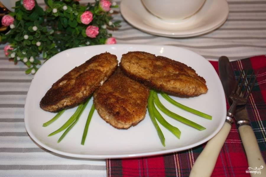 Подайте пожарские котлеты по-домашнему к столу. Можно подать их с салатом, с любым гарниром на ваш вкус.