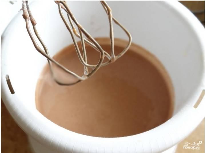 Муку насыпьте в миску. К ней необходимо добавить какао, разрыхлитель и корицу. Все тщательно просейте.