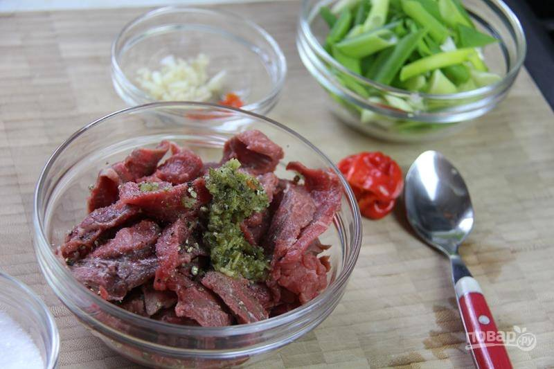 2. Мясо посолите, добавьте молотый и по желанию измельченный свежий острый перец.