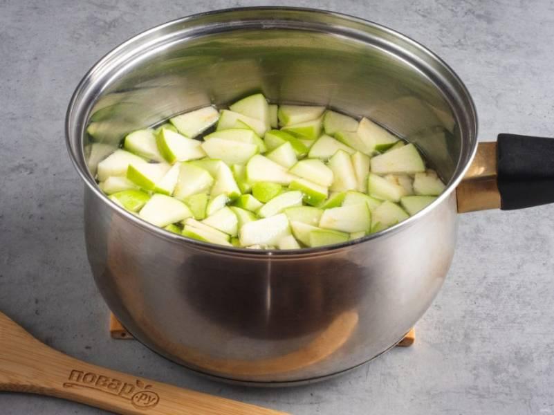 Фрукты очистите от косточек и сердцевины. Нарежьте небольшими кусочками яблоко, грушу и сливы. Первыми в сироп отправляем кусочки яблока. Варим на медленном огне 5-6 минут.