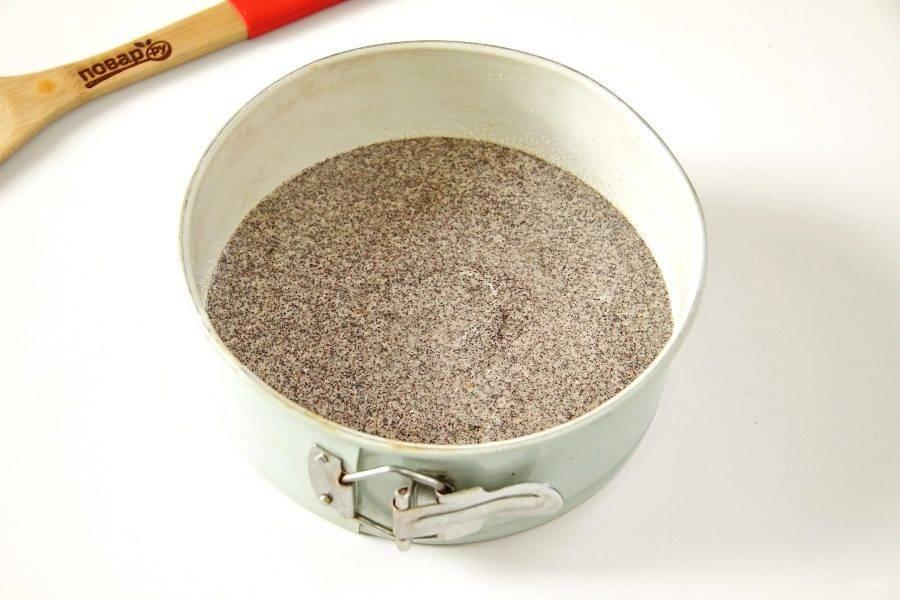 Готовое тесто переложите в смазанную маслом форму. У меня форма диаметром 18 см. Выпекайте при 180 градусах около 25 минут.