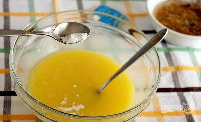 Добавьте к нему яйца, соль, обычный и ванильный сахар.