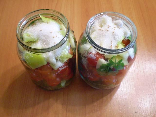 На дно банки выложите листочки. Потом овощи в любом порядке. Сверху насыпьте сахар и соль. Я добавила чуточку горчицы сухой (в зернах) для остроты.