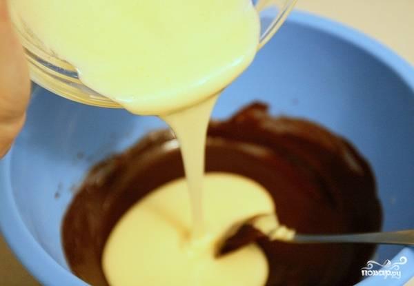 Желтки разотрите с половиной сахара. Шоколад растопите на водяной бане. В сливочное масло влейте сначала шоколад, потом — желтки, всё пермешайте.