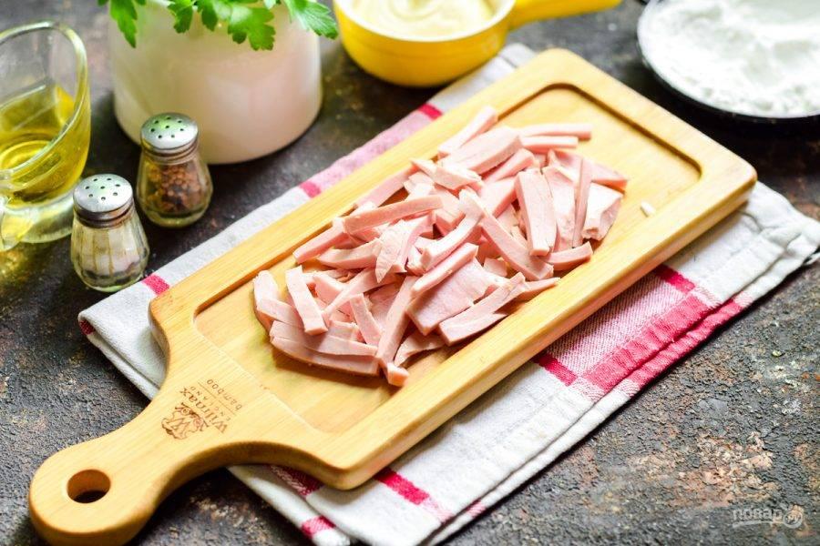 Колбасу вареную нарежьте полосками.