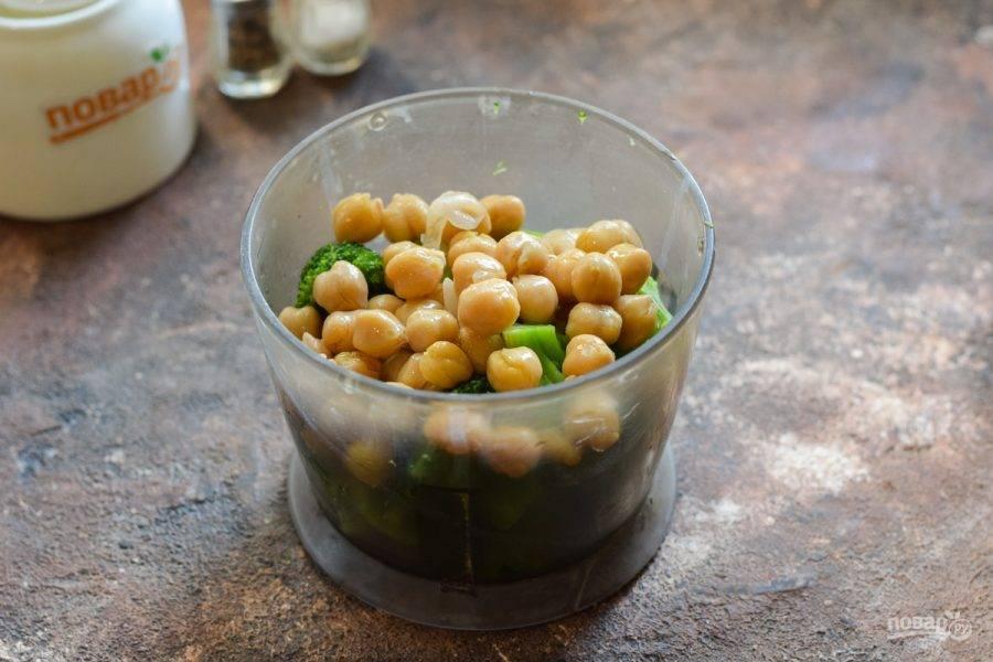 Переложите брокколи в блендер, добавьте нут и несколько ложек жидкости, в которой был нут.