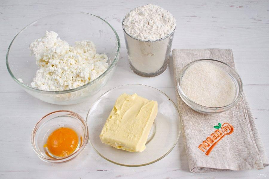 Подготовьте необходимые продукты. Творог пробейте погружным блендером до однородности.