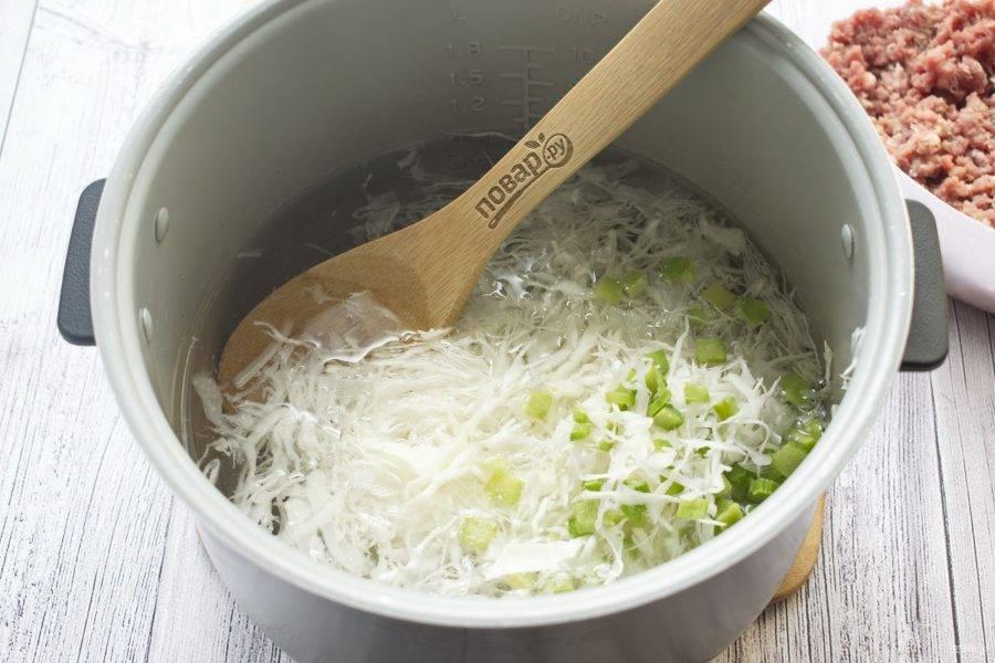 """Мультиварку включите в режиме """"Мультиповар"""", температура - 160 градусов.  Влейте в чашу 2 л воды, доведите до кипения. Заложите нарезанные овощи, готовьте в течение 10 минут."""