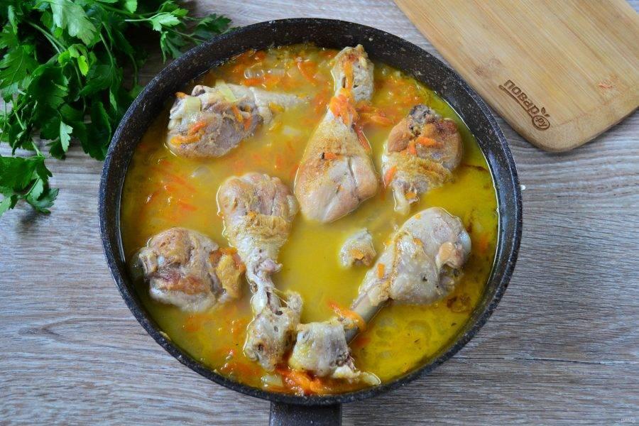 Куриные голени с луком и морковью готовы.