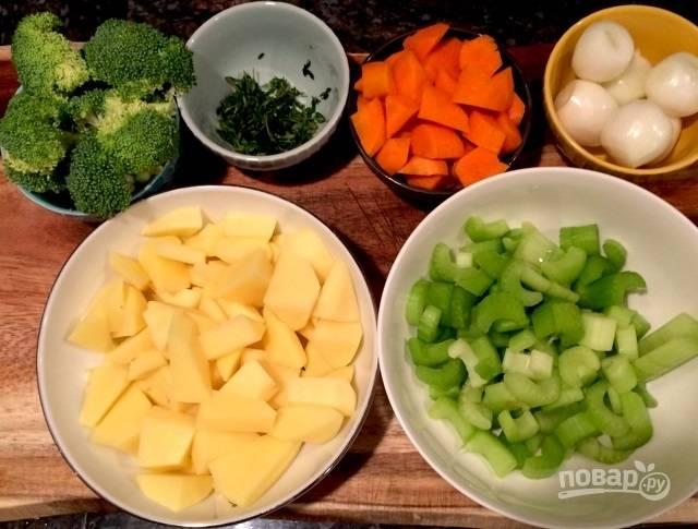 1.Подготовьте овощи: очистите жемчужный лук, очистите морковь и картофель, нарежьте их небольшими кусочками, сорвите листья с веточки тимьяна, нарежьте небольшими кусочками стебель сельдерея. Разберите на соцветия брокколи, измельчите чеснок.