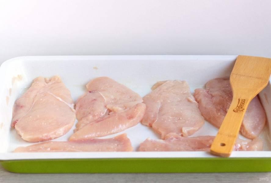 Форму смажьте растительным маслом и выложите филе.