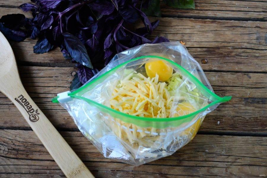 Затем в пакет отправьте яйца и натертый на крупной терке твердый сыр.