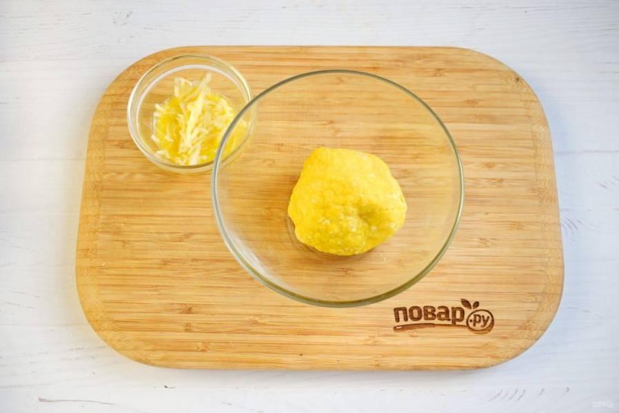 Тем временем приготовьте чесночные рулетики.  Яйца взбейте с солью в пену. Добавьте муку, замесите крутое тесто. Разделите его на две части. Для начинки в  масло добавьте измельченный чеснок.