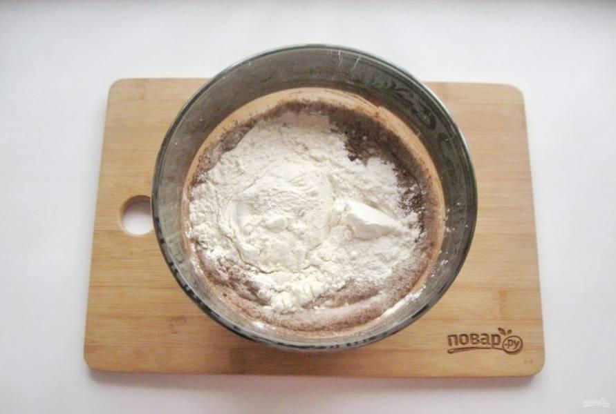 Всыпьте муку и соду погашенную уксусом. Перемешайте тесто с мукой.