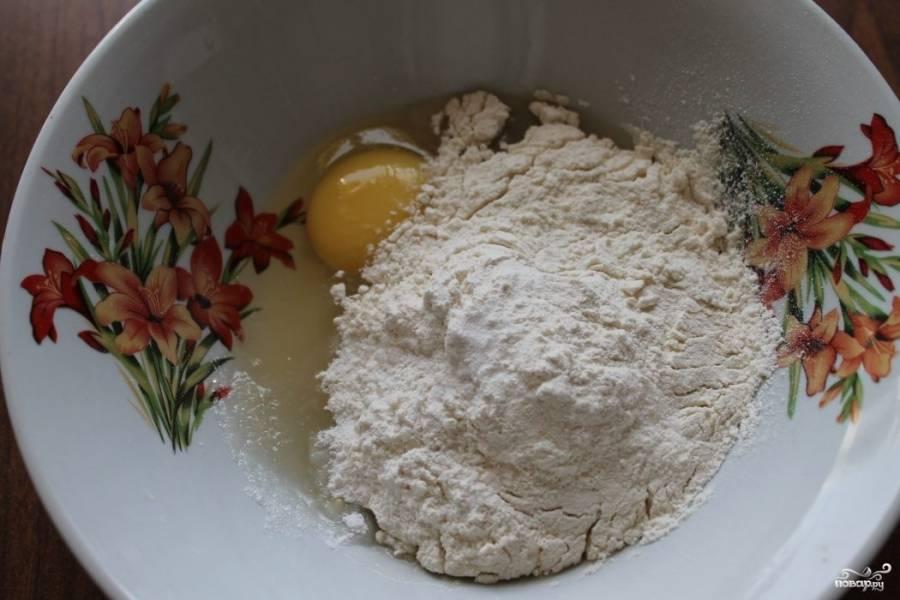 1.В миску вбиваем куриное яйцо, добавляем сахар (лучше не добавлять много, иначе блины будут гореть). Немного перемешиваем вилкой и всыпаем заранее просеянную пшеничную муку, добавляем щепотку соли и пол чайной ложки соды.