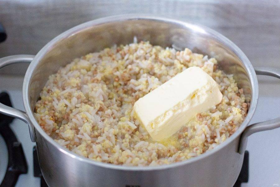 Крупа готова! Добавьте перец и сливочное масло, аккуратно размешайте и дайте отдохнуть 10 минут под крышкой.