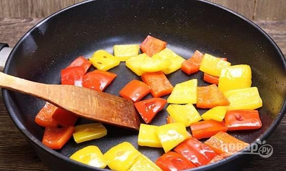 Отдельно слегка обжарьте перец.