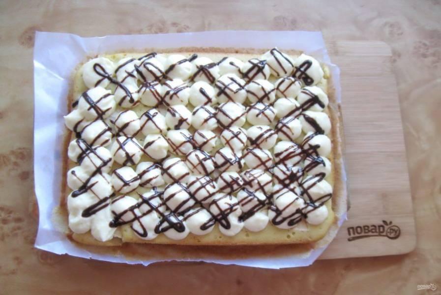 На пирог выложите крем и украсьте растопленным шоколадом.