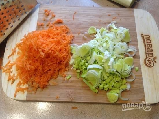 2. Натираем морковь на средней терке, а лук-порей просто мелко нарезаем.