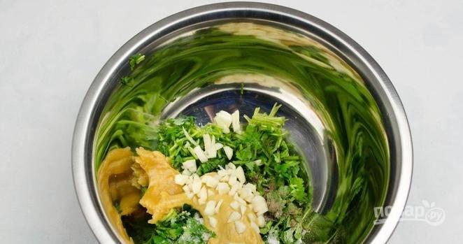 Готовим маринад. Промываем и просушиваем кинзу, мелко ее рубим, смешиваем с рубленым чесноком, горчицей, медом, солью и перцем. Тщательно все перемешиваем, чтобы маринад был однородным.