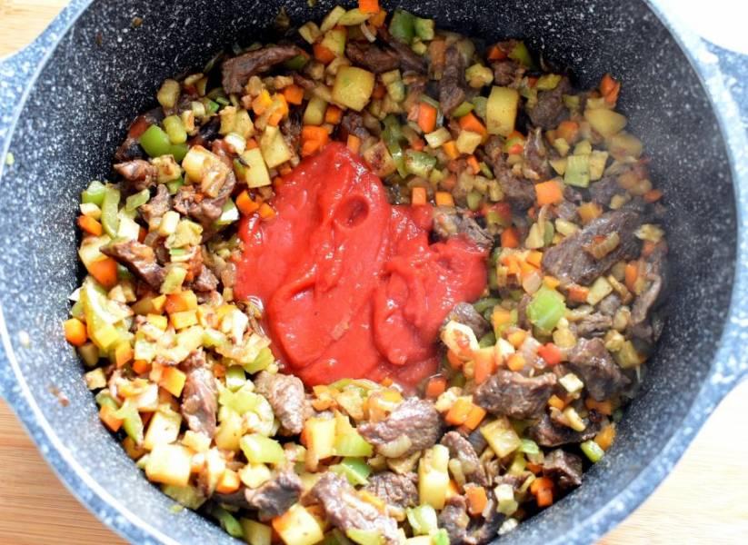 Добавьте томатную пасту и острый перец. Жарьте пару минут.