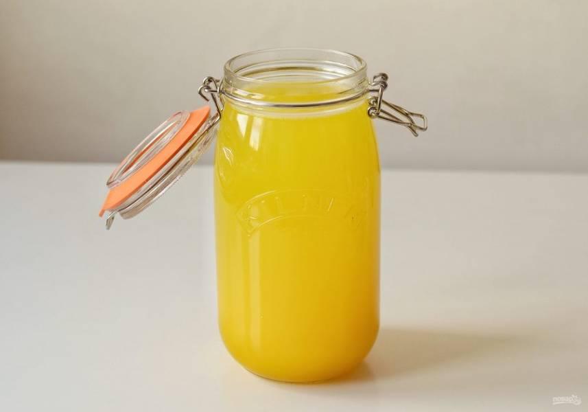 Перелейте сироп в кувшин или банку, долейте газированную воду. Дайте настояться пару часов в холодильнике.