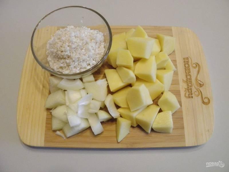 Порежьте крупно лук и картофель, рис промойте до чистой воды.