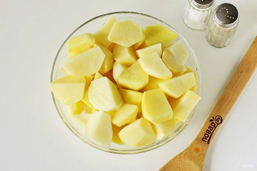 Картофель нарежьте крупными кубиками.