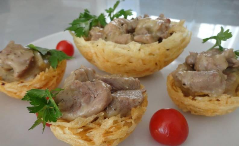 Наполняем картофельные корзиночки мясной начинкой, также можно украсить зеленью и овощами. Приятного аппетита!