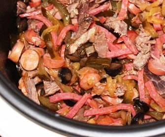 4.После чего добавляем томатную пасту, перемешиваем и обжариваем еще минут 8. Теперь необходимо выложить сосиски, нарезанное мясо и копченую колбаску, перемешиваем и обжариваем еще минут 10.