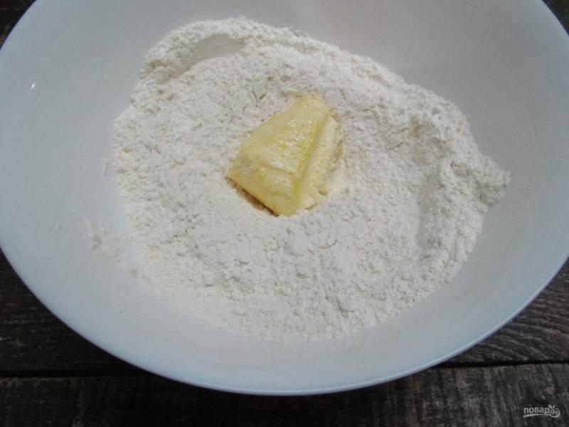 Добавьте мягкое сливочное масло и перетрите руками в крошку.