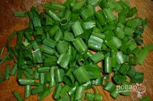 Промойте зелень и зелёный лук, а затем нашинкуйте их небольшими кусочками.