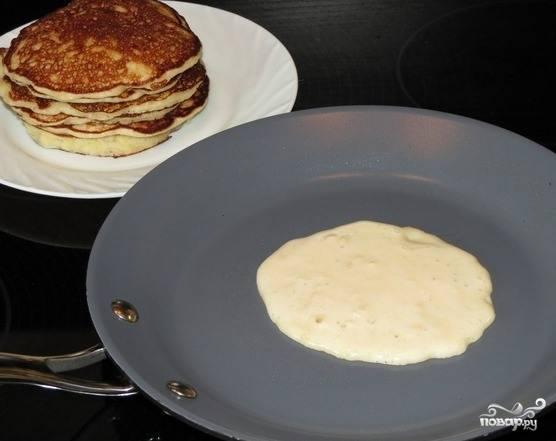 Сковородку разогрейте на среднем огне. Влейте на нее растительное масло. Можно немного добавить прямо в тесто, чтобы оладьи не прилипали. Выливайте тесто на сковороду ложкой. Обжаривайте оладушки с двух сторон до полной готовности.