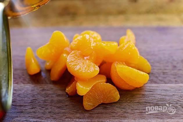 5. Разделите мандарин на дольки.
