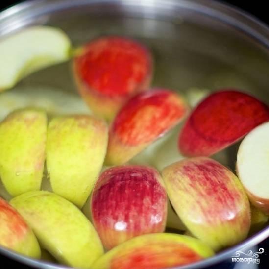 Добавляем нарезанные на дольки яблоки и груши. Варим 15 минут на среднем огне.