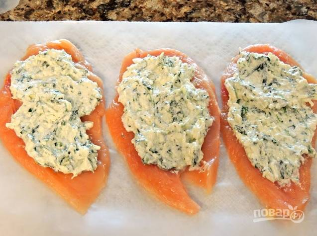 1. Филе обмоем, удалим пленки и отобьем с двух сторон. Отдельно смешаем все виды сыра, кроме рикотты, и взбитое яйцо, а также шпинат. Эту кашицу выкладываем поверх филе.