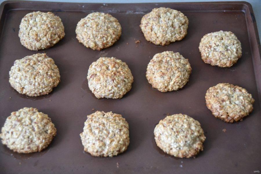 Выпекайте печенье в духовке при температуре 180 градусов в течение 20 минут.