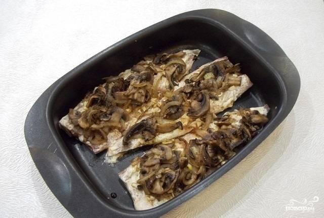 10.Выкладываем поджаренные грибы с луком поверх чеснока и соевого соуса. И отправляем в разогретый до 180 градусов духовой шкаф на полчаса.