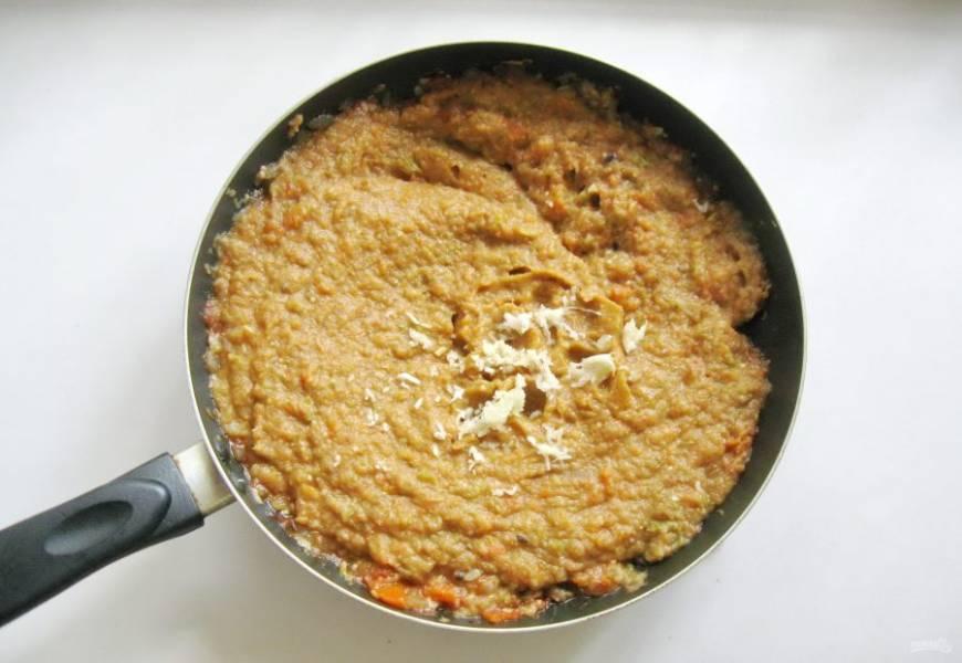 Чеснок очистите, измельчите и добавьте в икру. Поперчите по вкусу.