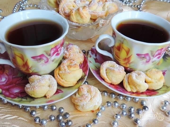 Выпекайте домашнее печенье с творогом в разогретой до 180 С духовке около 20 мнут. Не пересушите печенье. Подавать можете посыпав сахарной пудрой.
