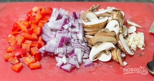 В это время нарежьте мелкими кубиками лук и перец, а грибы нарежьте слайсами.